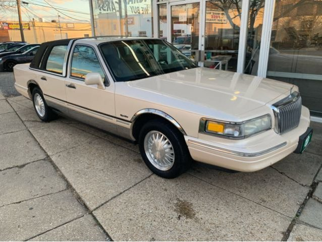 Pre-Owned 1997 Lincoln Town Car Signature